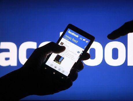 A smartphone user shows the Facebook application on his phone in the central Bosnian town of Zenica, in this photo illustration, May 2, 2013. Facebook Inc said July 24, 2013 that revenue in the second quarter was $1.813 billion, compared to $1.184 billion in the year ago period.  REUTERS/Dado Ruvic /Files (BOSNIA AND HERZEGOVINA - Tags: SOCIETY SCIENCE TECHNOLOGY BUSINESS)